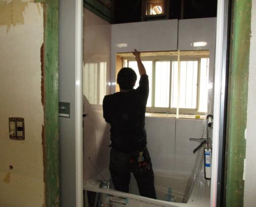 壁パネルや天井を設置していきます。
