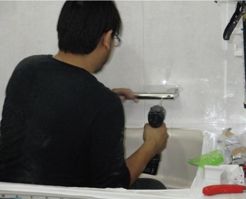 水栓や窓枠などの備品を取り付けます。また、コーキングも打っていきます。