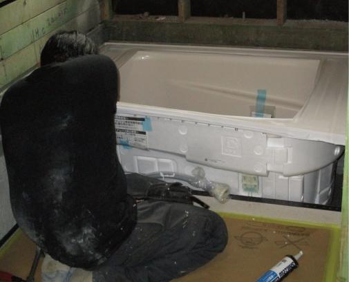 床から組み立て始めます。その後浴槽を組んでいきます。