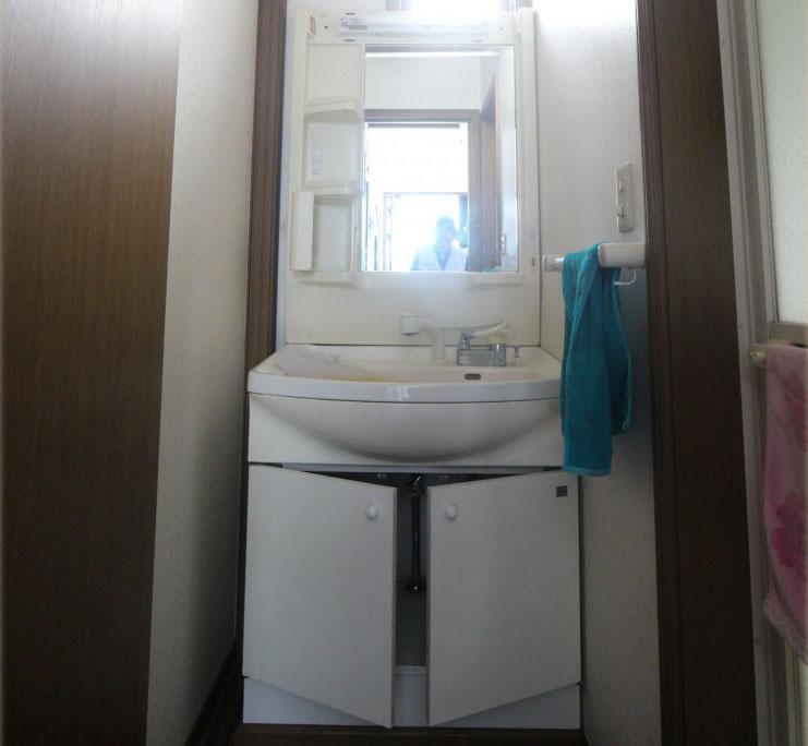 1面鏡の観音開きタイプの洗面化粧台です。