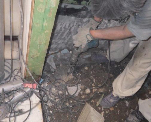 天井、壁の寸法が取り終わったら床を削岩機で削っていきます。