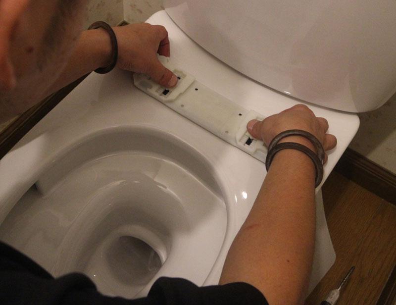 止水栓にウォシュレットとタンクの給水管をつなぎます。