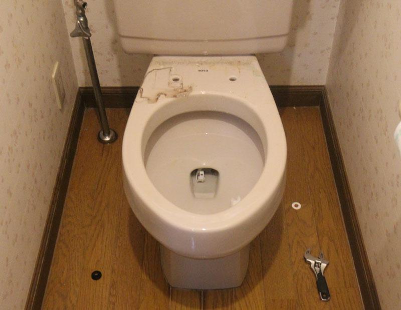 止水後、ウォシュレットの給水管を外し便座を取り外します。