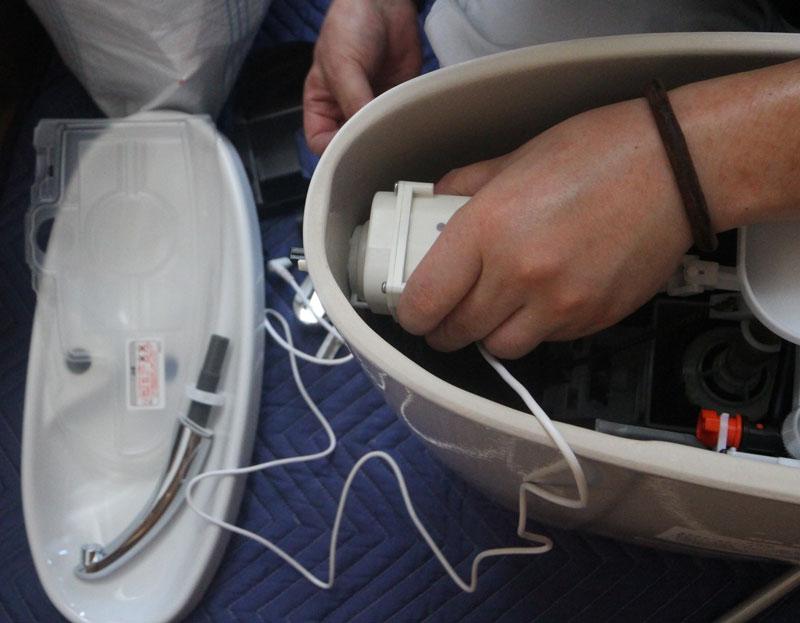タンク内にパッキン・ボルトを取り付け、下部に給水管を通します。