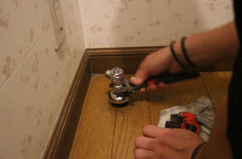 止水栓を交換します。床のフランジも交換します。