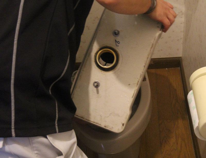 タンクの給水管を外し、水抜きをしてから取り外します。