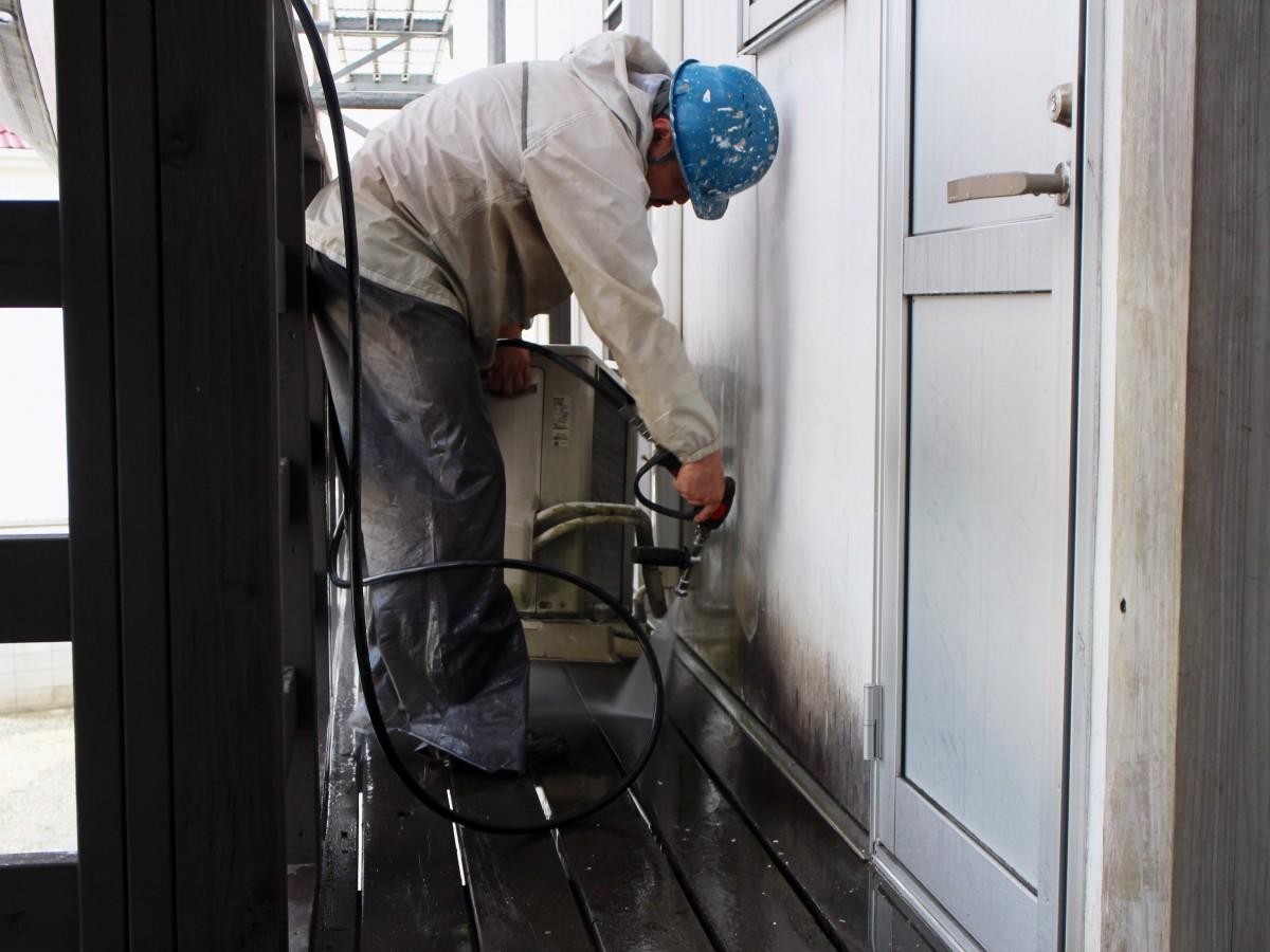 木部を塗装する前に高圧洗浄で汚れを落としていきます。