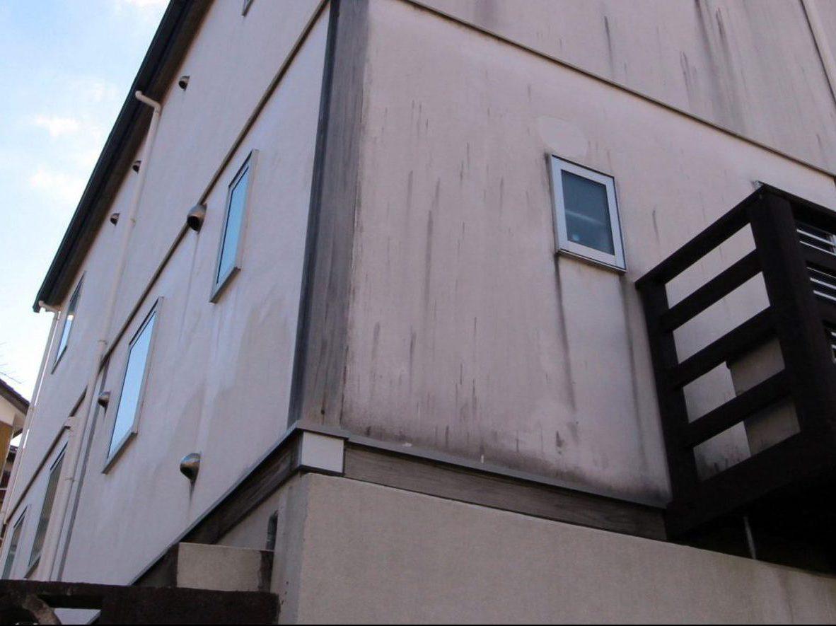 経年劣化による汚れ、塗膜の膨れ、はがれなどの症状がみられます。木部も塗装がはがれているため、腐食があるようです。